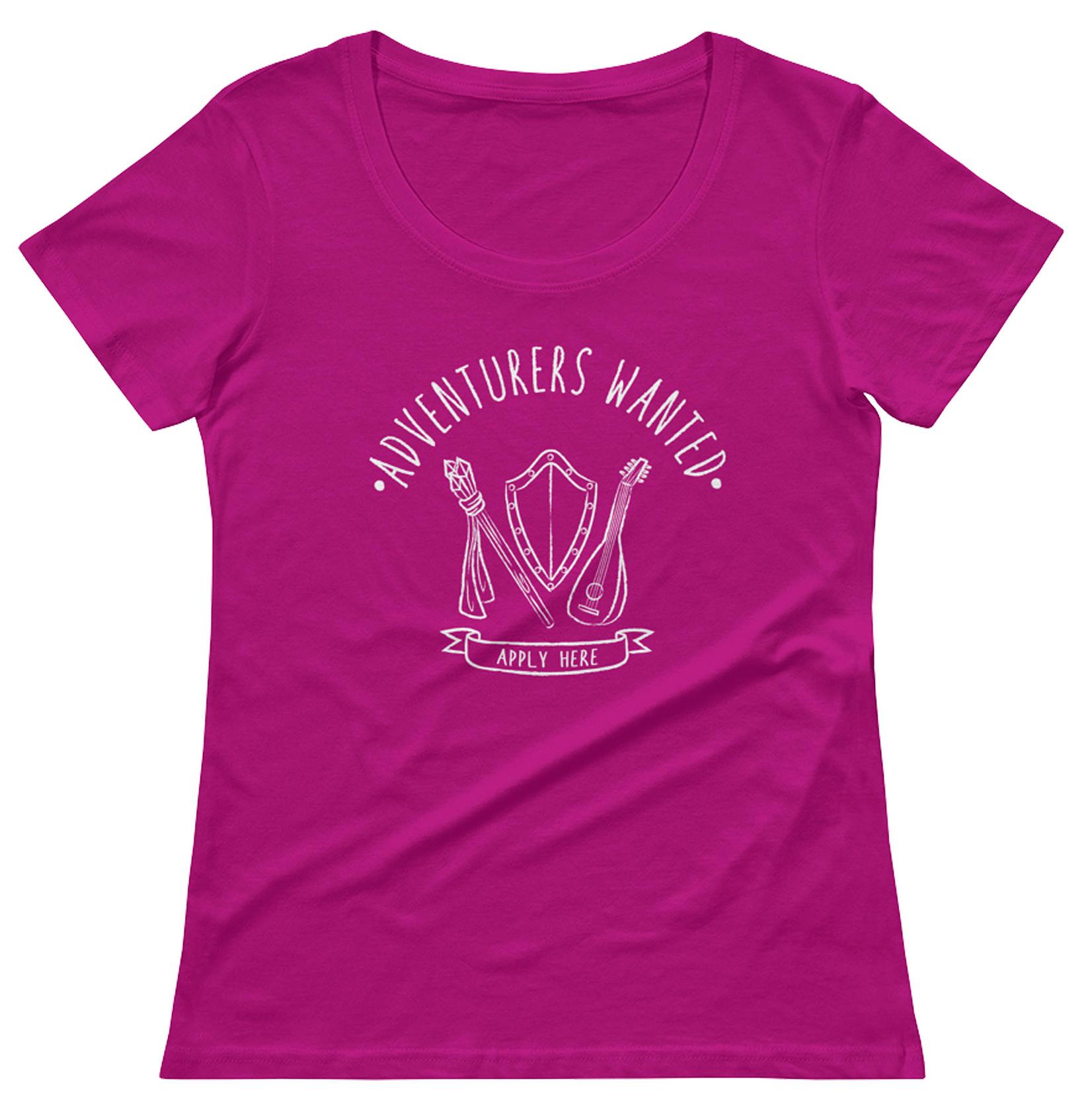 Camiseta na cor rosa com estampa branca com os dizeres: Adventures Wanted em cima, Aplly Here em baixo e no meio ilustração de um cetro, um escudo e um alaúde.